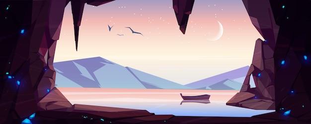 Krajobraz jaskini z widokiem na morze z samotną drewnianą łodzią
