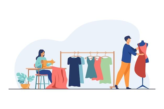 Krawcy szyją ubrania w studio. maszyna do szycia, manekin, tkanina, sukienki wiszące płaska ilustracja