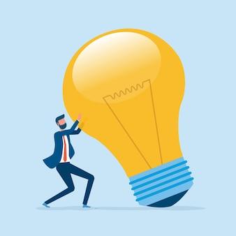 Kreatywne myślenie dla biznesu i biznesmena posiada dużą żarówkę