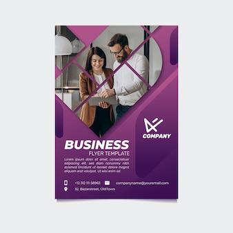 Kreatywny szablon ulotki biznesowej z gradientem