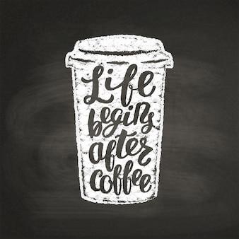 Kredowa teksturowana sylwetka papierowego kubka z napisem życie zaczyna się po kawie na czarnej desce.