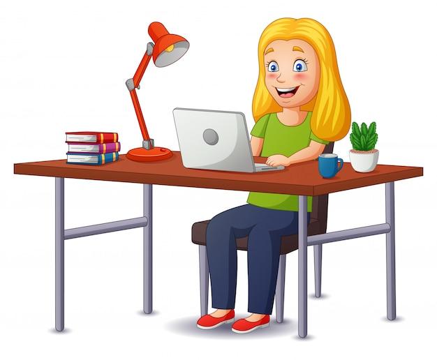 Kreskówek kobiety pracuje w domu, kobiet freelancerów pracuje na laptopie i komputerze w domu. ilustracja