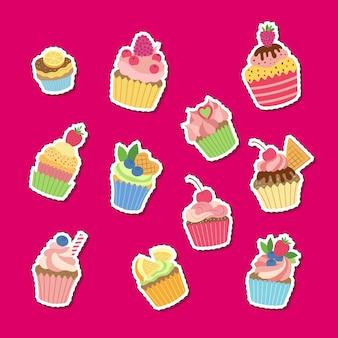 Kreskówka babeczki lub babeczki naklejki zestaw ilustracji. kolekcja kolorowych ciastek, słodkie ciasto kreskówka