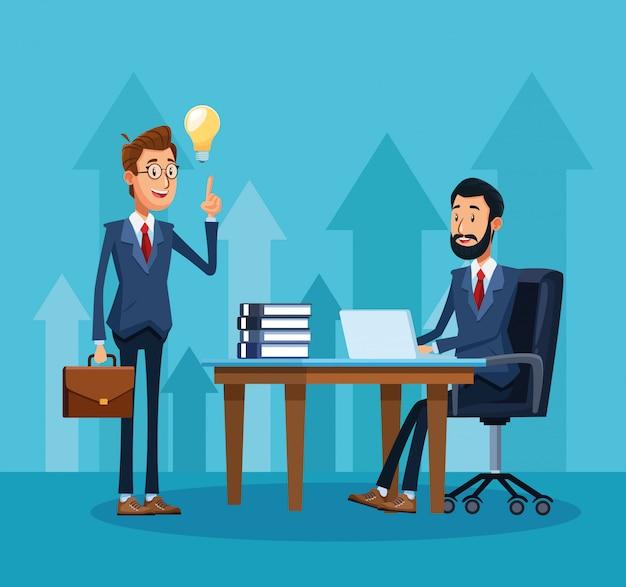 Kreskówka biznesmen stojący i biznesmen siedzi przy biurku
