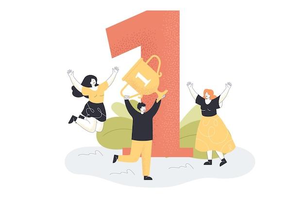 Kreskówka Biznesmen Z Trofeum świętuje Sukces. Pracownik Firmy Posiadający Złoty Puchar, Ceremonia Wręczenia Nagród Zwycięzcy Darmowych Wektorów
