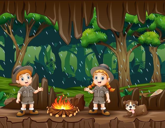 Kreskówka bóbr trzymający drewniany znak w wejściu do jaskini