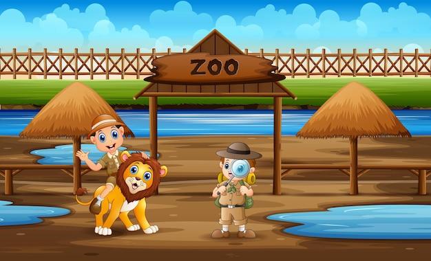Kreskówka chłopców zookeeper z lwem w zoo