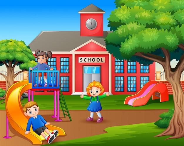 Kreskówka dzieci bawiące się na boisku szkolnym