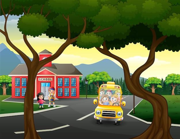 Kreskówka dzieci jadą do domu szkolnym autobusem