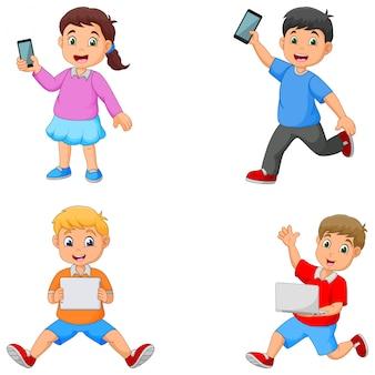 Kreskówka dzieci trzymając tablet telefon i laptop