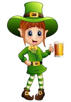 Kreskówka dziewczyna leprechaun trzyma szklankę piwa