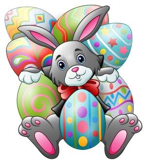 Kreskówka królik z dużymi easter jajkami na białym tle