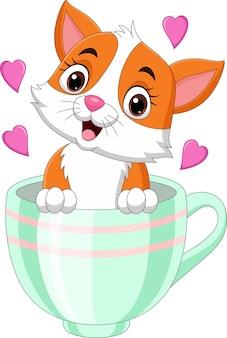 Kreskówka ładny kotek siedzi w filiżance z różowymi sercami