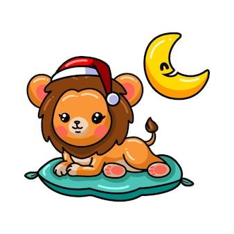 Kreskówka lwa dziecka leżąca na poduszce na białym tle