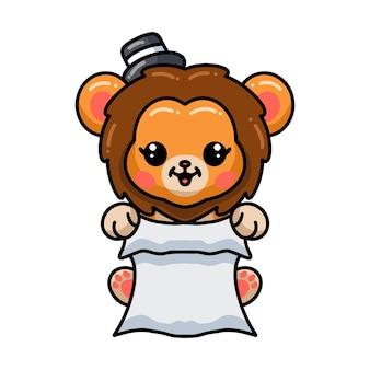 Kreskówka lwa dziecka w kapeluszu i trzymający papier