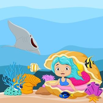 Kreskówka mała syrenka w podwodnym świecie z otwartą muszlą perłową i rybami tropikalnymi