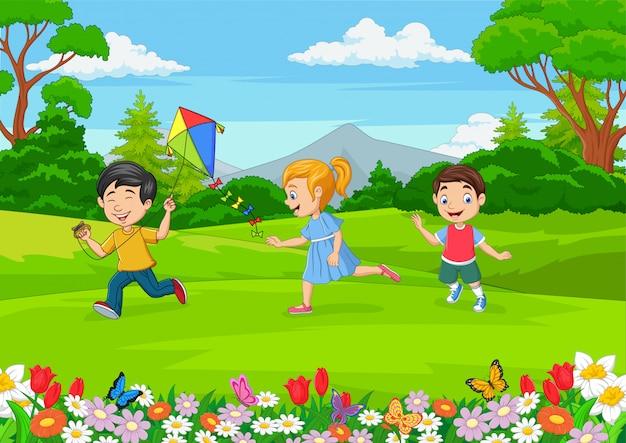 Kreskówka małe dzieci bawiące się w ogrodzie