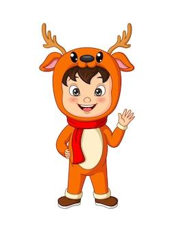 Kreskówka mały chłopiec ubrany w kostium jelenia