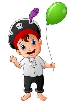 Kreskówka mały pirat z zielonym balonem
