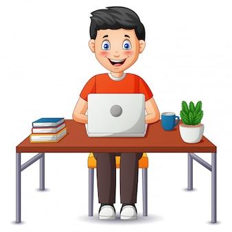 Kreskówka mężczyzna pracujący w domu, freelancerów mężczyzna pracuje na laptopie i komputerze w domu. ilustracja