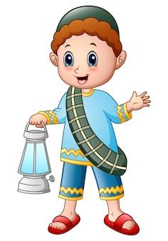 Kreskówka muzułmańska chłopiec trzyma lampion