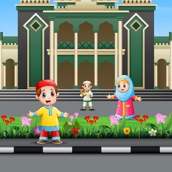 Kreskówka muzułmańskiego dzieciaka przed meczetem