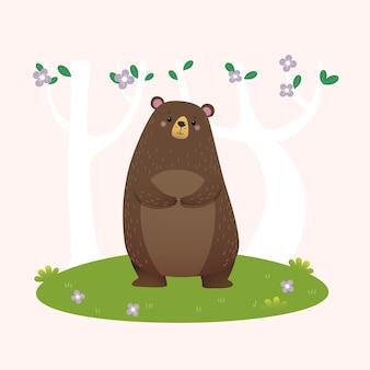 Kreskówka niedźwiedź brunatny stojący w lesie.