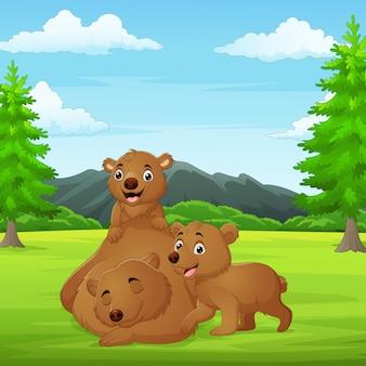 Kreskówka rodzina niedźwiedzi w dżungli