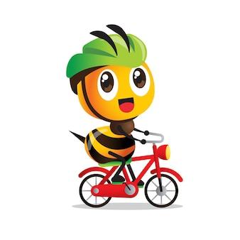Kreskówka śliczna pszczoła na rowerze z kaskiem ochronnym