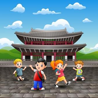 Kreskówka szczęśliwe dzieci studiują wycieczkę w pałacu changdeokgung