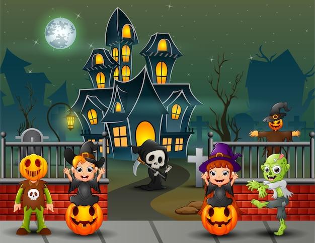 Kreskówka szczęśliwi dzieciaki na halloween dniu