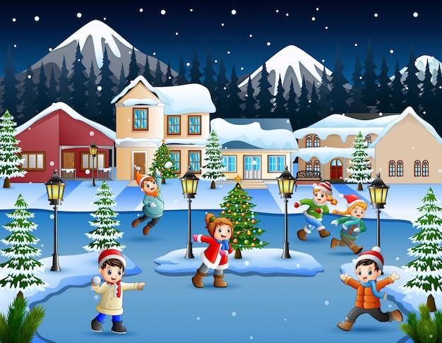 Kreskówka szczęśliwy dzieciak bawić się w snowing wiosce