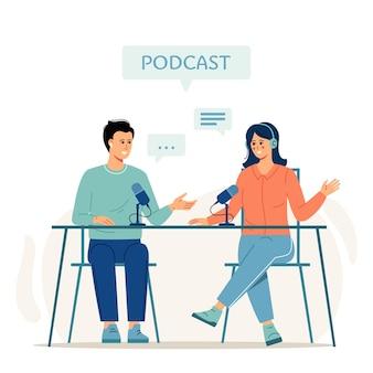 Kreskówka uśmiechnięci ludzie słuchający i nagrywający podcast audio lub pokaz online płaski ilustracja wektorowa