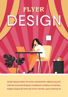 Kreskówka wyczerpana kobieta siedzi i stół i pracuje na białym tle płaski szablon ulotki