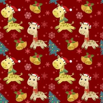 Kreskówka żyrafa nosi kapelusz świętego mikołaja z dzwonkiem bożonarodzeniowym i wzór drzewa.