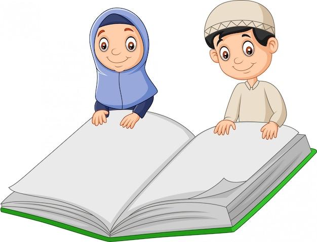 Kreskówki muzułmańscy dzieciaki trzyma gigantyczną książkę