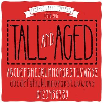 """Krój pisma vintage o nazwie """"wysoki"""" z efektem starzenia."""