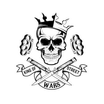 Król wojen ulicznych. czaszka w koronie z sztandarem i dwoma skrzyżowanymi nożami.