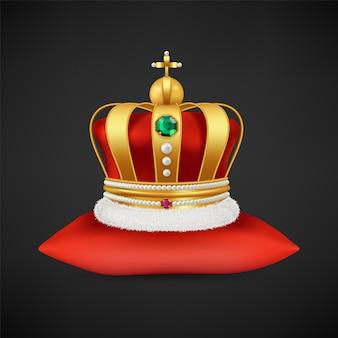 Królewska korona . realistyczny luksusowy złoty symbol monarchii, antyczny diadem z diamentami na ilustracji czerwonej poduszki