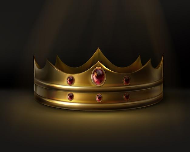 Królewska złota korona z czerwonym kamieniem na białym tle