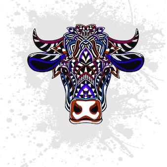 Krowa ozdobiona abstrakcyjnymi kształtami