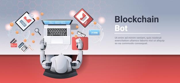 Kryptowaluty handel bot blok koncepcja łańcucha robot wydobywczy bitcoin siedzi w miejscu pracy biurko kąt widzenia widok rzeczy biurowe