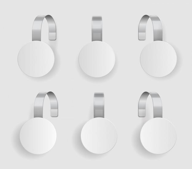 Kształt woblera. pusty biały wobler zawiesić na ścianie. kosmiczna okrągła makieta papieru na plastikowym przezroczystym pasku