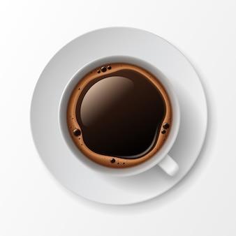 Kubek filiżanka kawy z bąbelkami pianki crema widok z góry na białym tle
