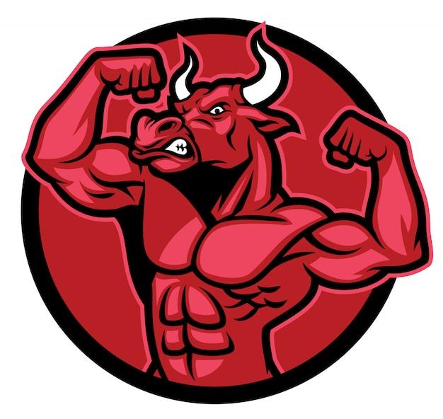 Kulturysta bull stanowi i pokazuje jego muskularne ciało