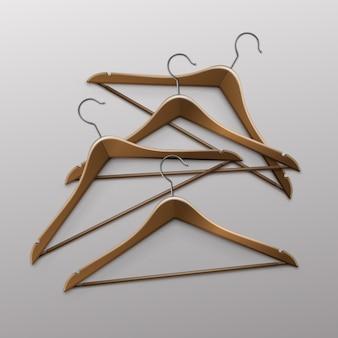Kupie leżące ubrania wieszaki drewniane brązowe