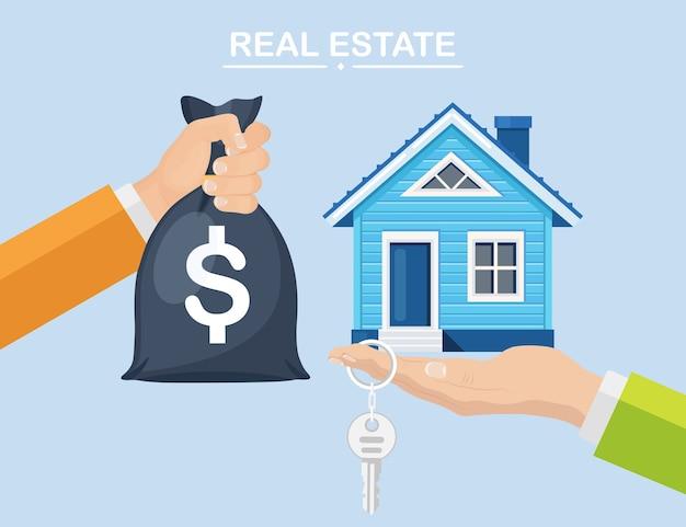 Kupno domu. koncepcja nieruchomości i domu na sprzedaż. ręka trzymać worek pieniędzy i klucz