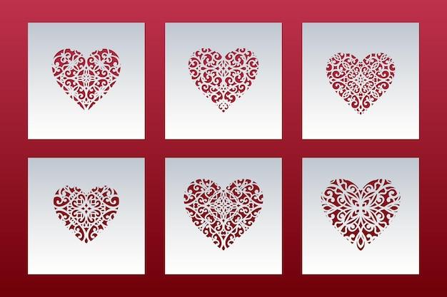 Kwadratowe kartki wycinane laserowo z koronkowym wzorem w serduszka.