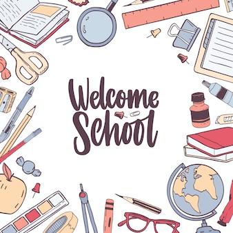 Kwadratowy szablon karty z napisem welcome school, ręcznie pisany elegancką kursywą, kaligraficzną czcionką i ozdobiony ramką lub obramowaniem z materiałów piśmiennych.