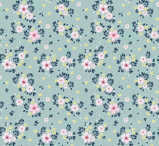 Kwiatowy wzór. ładne kwiaty, jasnoniebieskie tło. nadruk z małymi różowymi kwiatkami. drobny nadruk